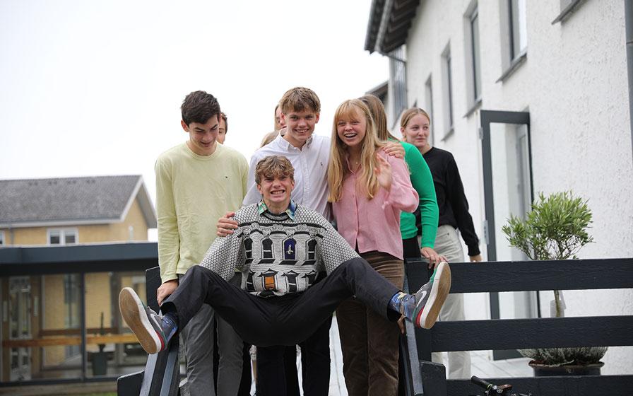 Elever har det sjovt sammen på Vejstrup Efterskole