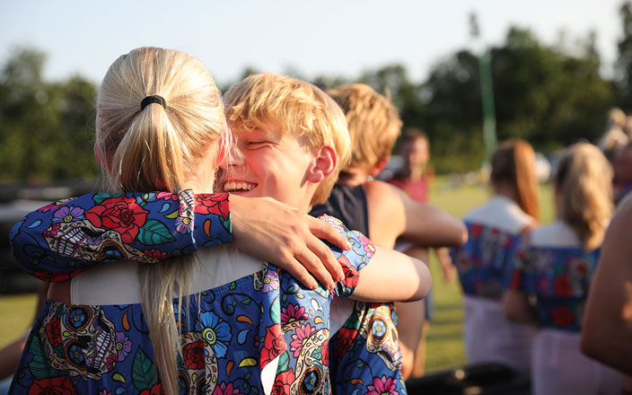 dreng og pige krammer hinanden på Vejstrup