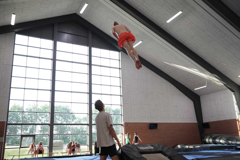 Dreng springer i trampolin i springcentret på Vejstrup