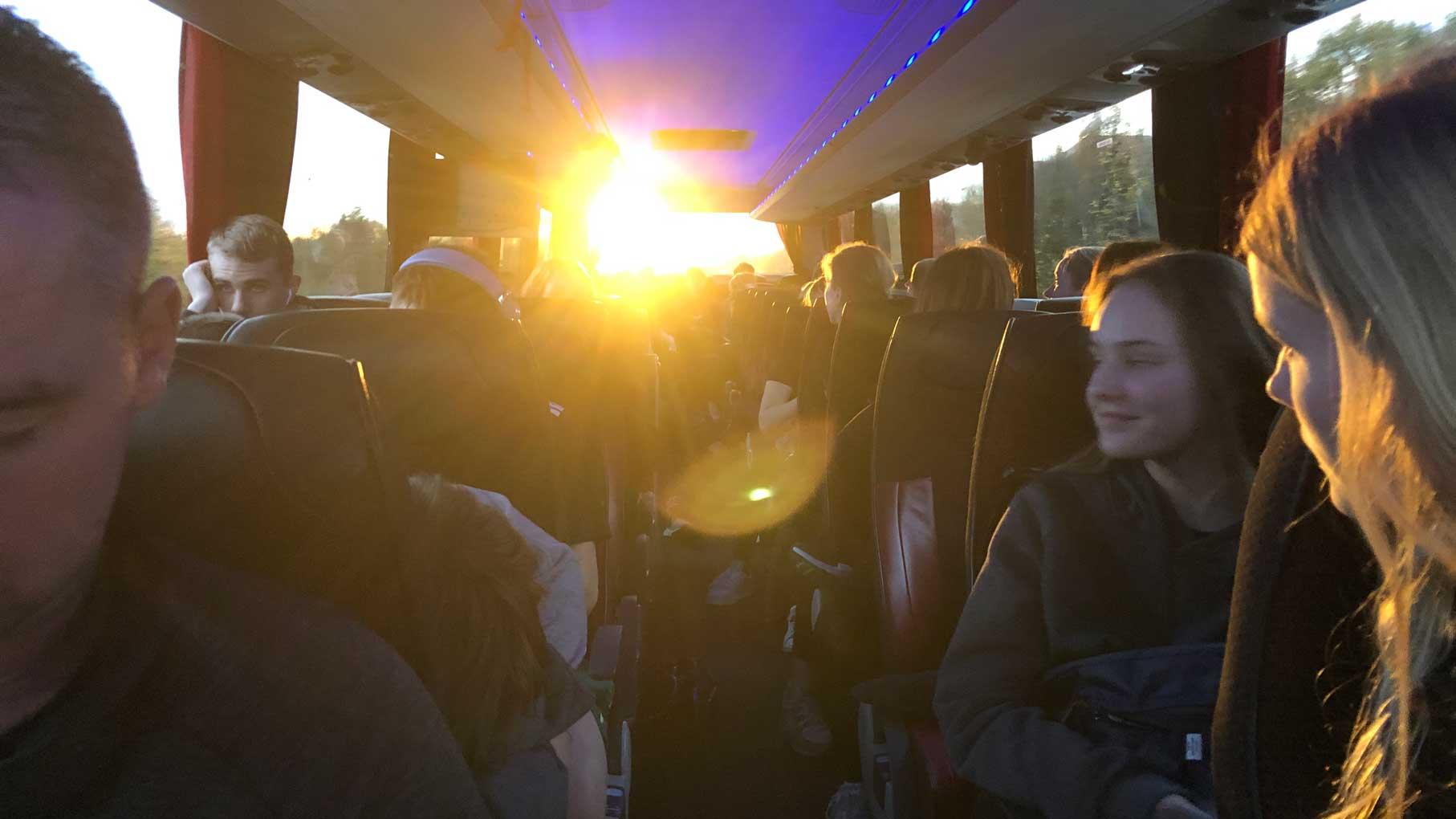 efterskoleelever i bussen