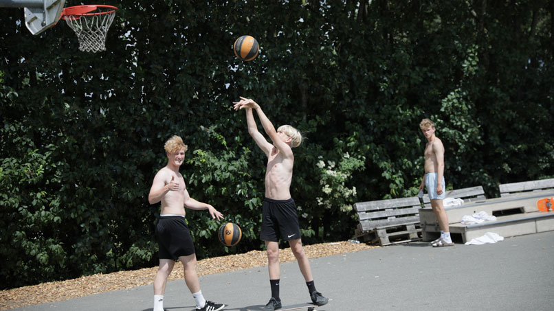 drenge spiller basketball på vejstrup