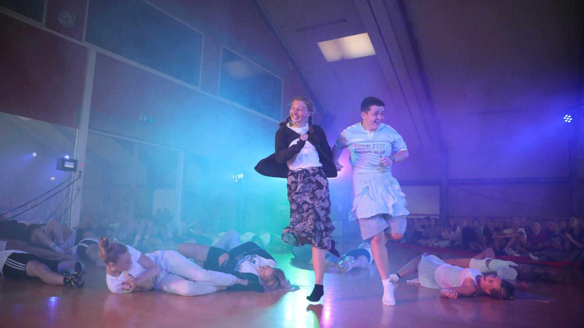 Dreng og pige laver underholdning på Vejstrup