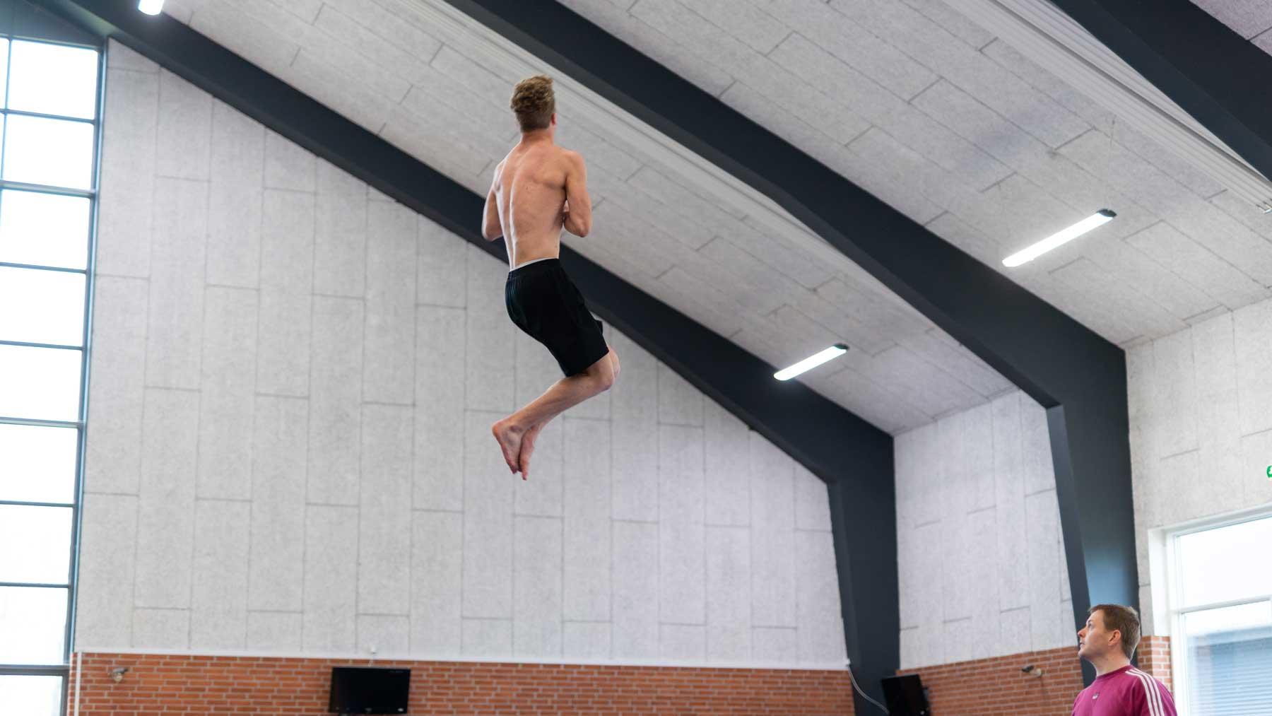 dreng hænger i luften i spring