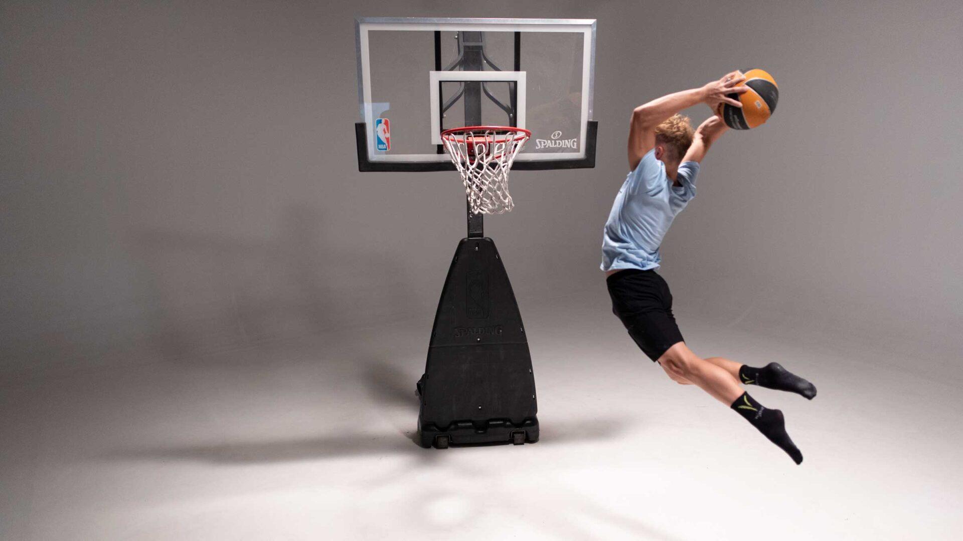 dreng spiller basket