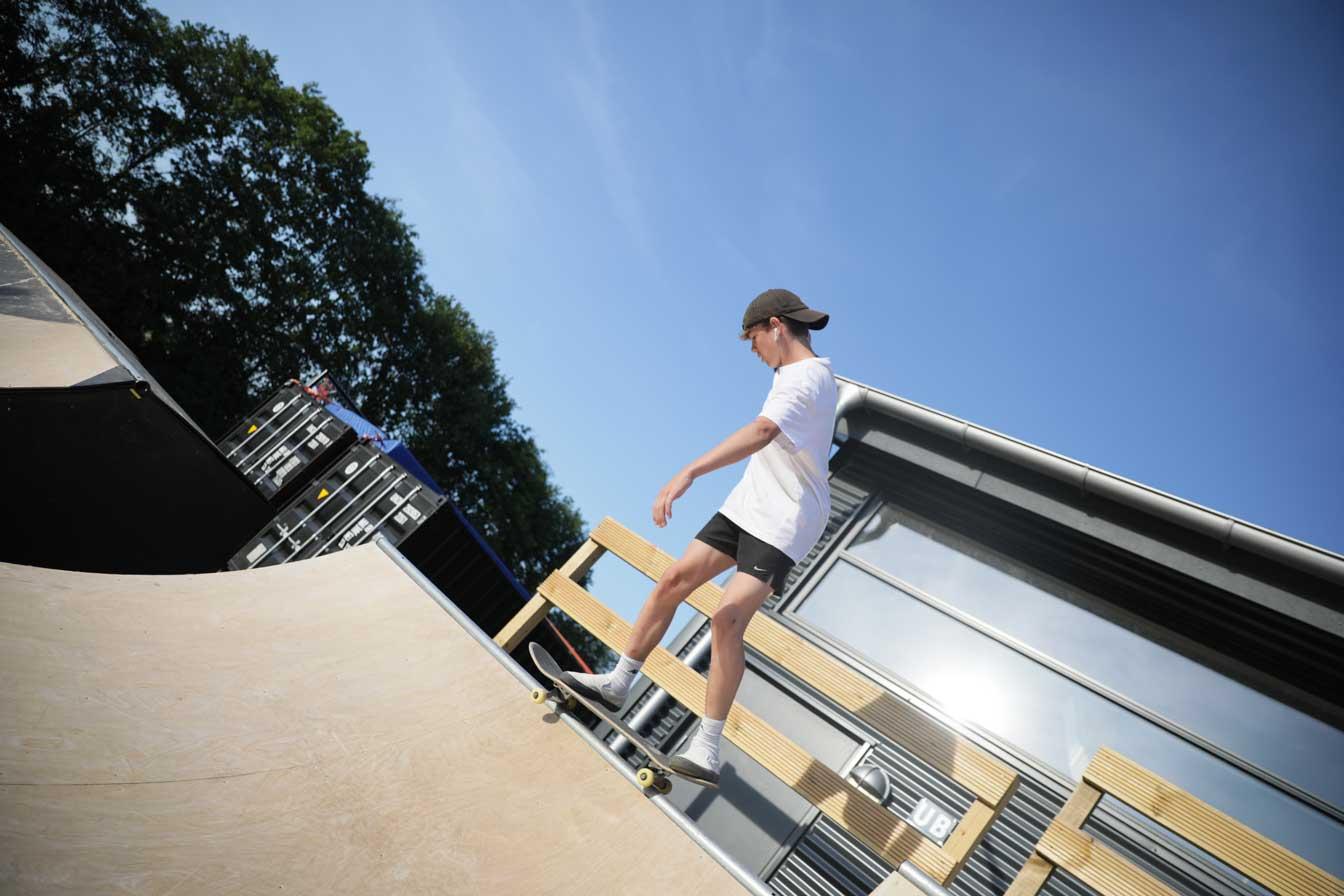 dreng står på skateboard på skaterrampe