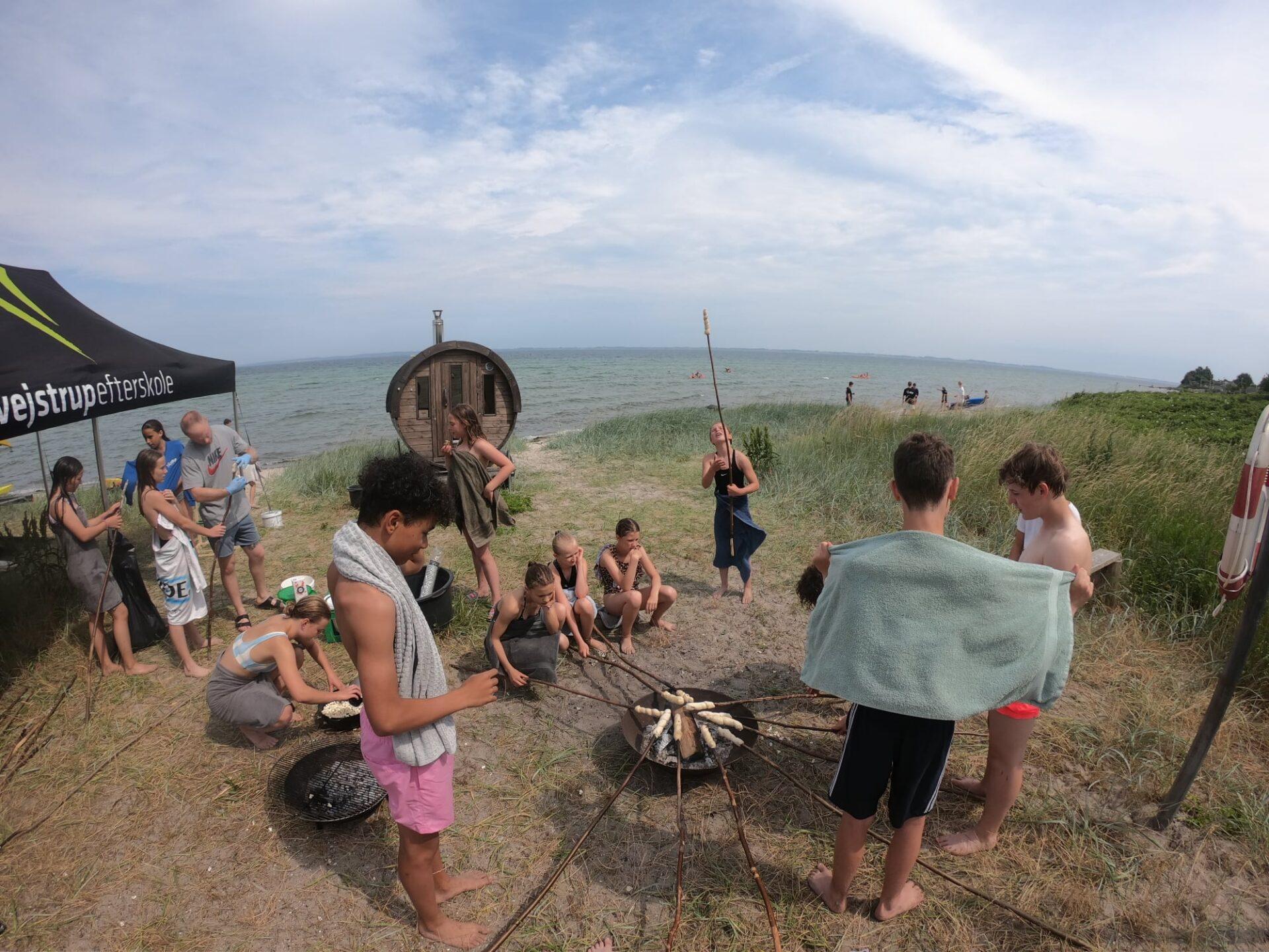Børn er på stranden på VejstrupCamp